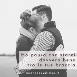 Un uomo e una donna abbracciati. Il viso di lei affonda nelle spalle di lui.