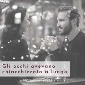 Un uomo e una donna seduti ad un tavolo. Si tengono per mano e si guardano intensamente negli occhi.