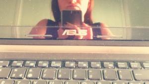 L'immagine di me riflessa nello schermo spento del pc