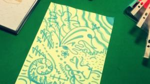 Ghirigori azzurri su foglio giallo
