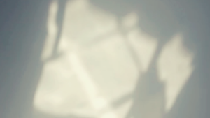 Luci ed ombre riflesse sul soffitto