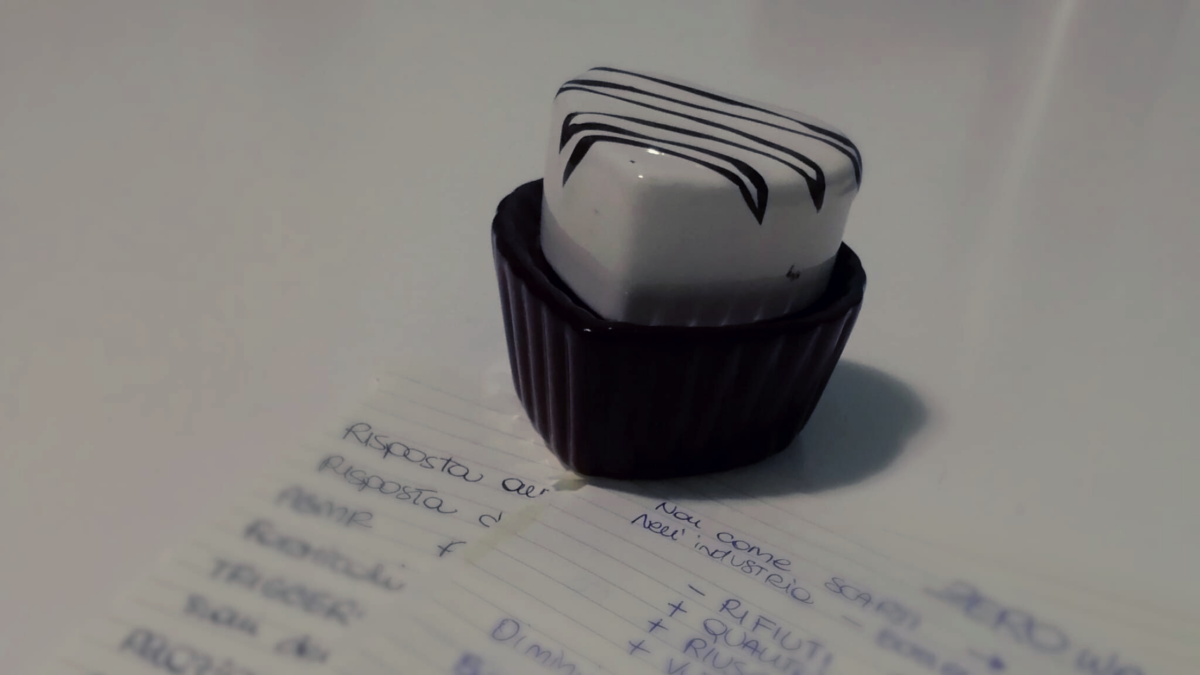 Porta candela a forma di cupcake su fogli pieni di appunti