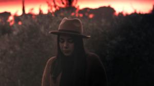 Ragazza al tramonto che indossa un cappello